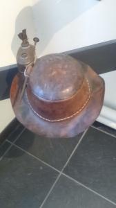 Vieux chapeau de mineur ardoisier, sorte de casque, avec une lampe. Photo prise au Musée de l'ardoise de Trélazé